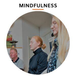 Mennesker som mediterer og er mindfulde