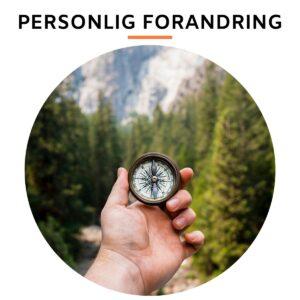 hånd med kompas i en skov